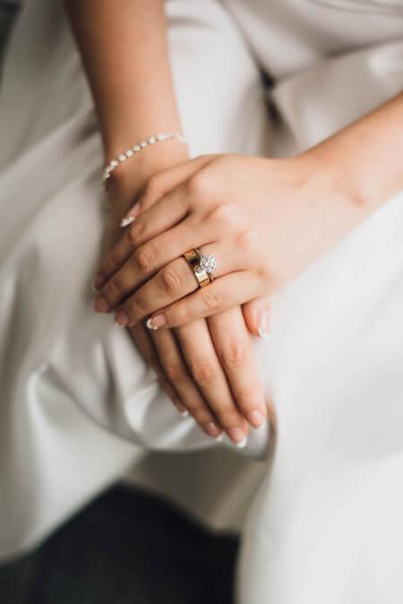 biżuteria ślubna - ręce